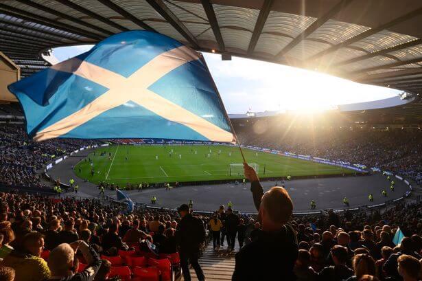 Người hâm mộ bóng đá tranh giành vé cho các trận đấu Euro 2020 tại Hampden